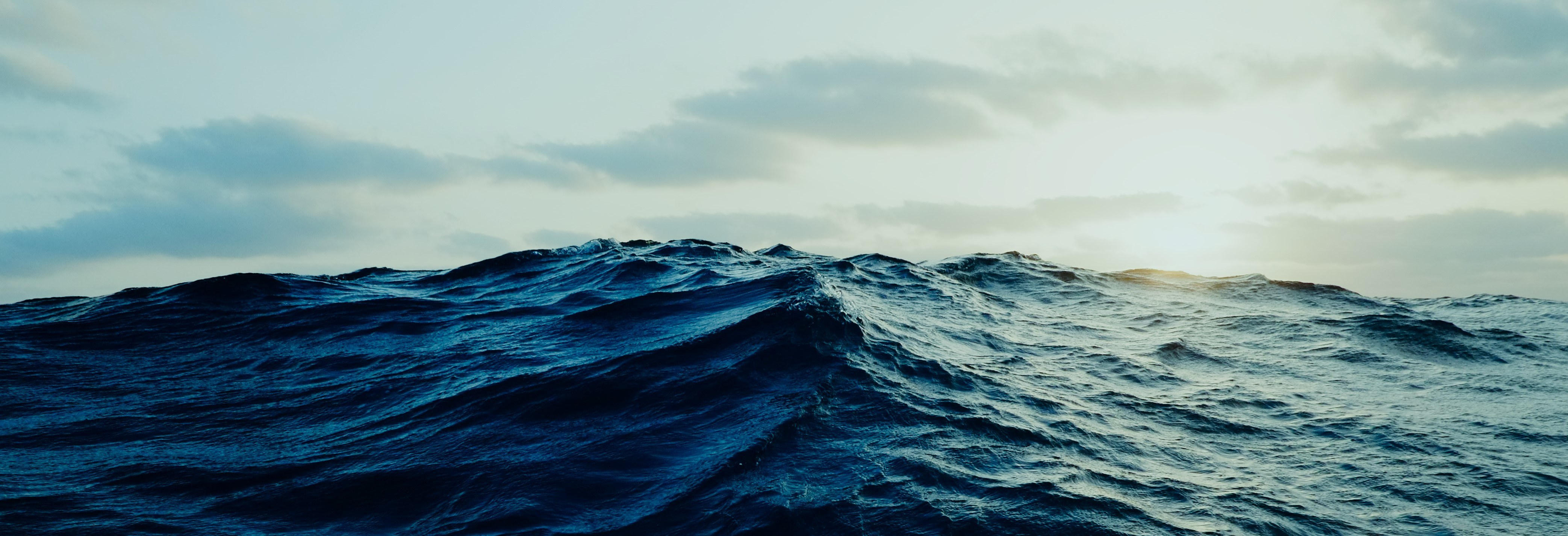 view-of-a-large-wave-far-out-at-the-ocean-1069301360 4200x2800 1